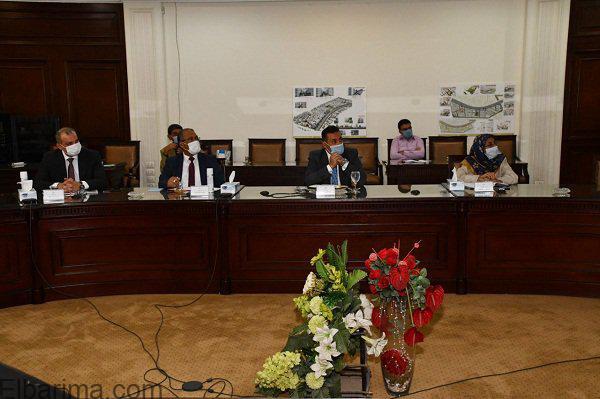 وزير الإسكان يستعرض البدائل المقترحة لتطوير عدد من المناطق غير المخططة بمحافظتى القاهرة والجيزة