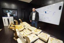 Photo of فيديو..مدير شركة أردنية يوزع الذهب على موظفيها