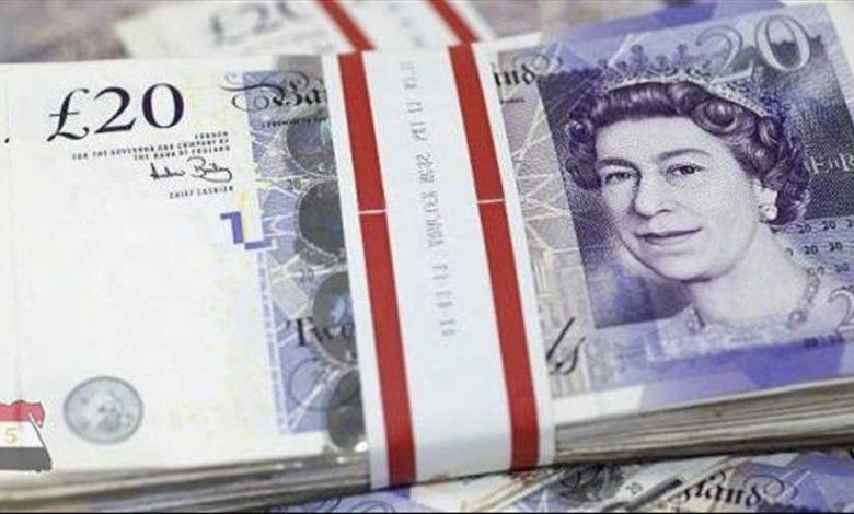 الجنيه الإسترليني ينخفض مقابل الدولار واليورو
