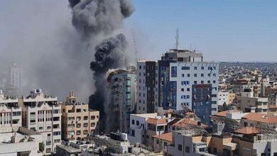 "Photo of إسرائيل تدمر مبنى سكنيا في غزة يضم مقر الجزيرة والأسوشيتدبرس ""فيديو"""