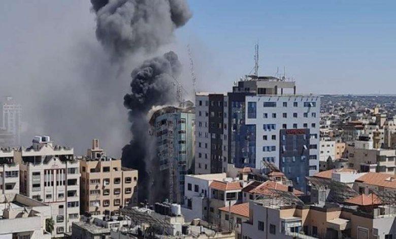 """إسرائيل تدمر مبنى سكنيا في غزة يضم مقر الجزيرة والأسوشيتدبرس """"فيديو"""""""