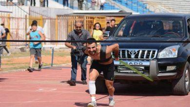 "Photo of يقترب من دخول ""جينيس""..شاب سوري يسحب سيارة 3 أطنان"